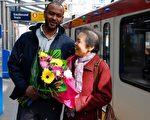 75岁的华裔老太1,300元失而复得,亲捧鲜花表示感谢。(加通社)