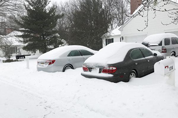 图:不清车上积雪可罚高达1,000美元。(谢凌/大纪元)