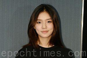 """21日,林允在香港出席""""第十一届亚洲电影大奖""""颁奖礼记者会。。(宋碧龙/大纪元)"""