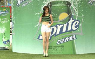 韩国女星姜素拉一直秉持着禁消夜、多运动、一日固定三餐的原则,让她维持完美好身材。(新唐人提供)