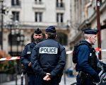 3月26日晚,巴黎一名57岁的旅法华人,与上门的警察发生冲突,被警方击毙,案件引发各界关注。图为3月20日,巴黎市中心接炸弹报警,警方在现场清查场景。(LIONEL BONAVENTURE/AFP/Getty Images)