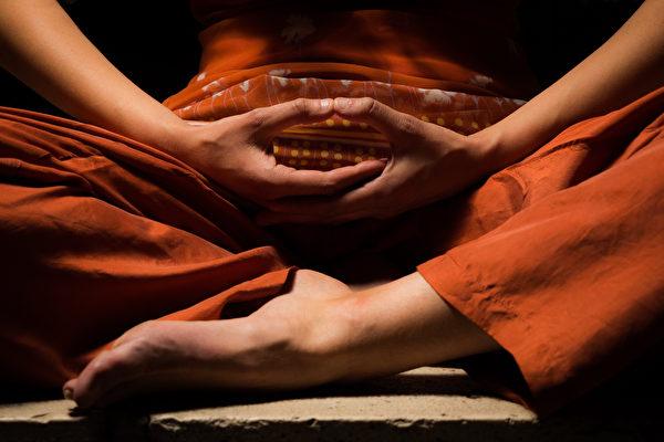 无论是练习冥想打坐,还是在生活中保持正念觉知,你都会从中受益:改善人际关系,减少焦虑和抑郁,也会更能够应对压力。(shutterstock)