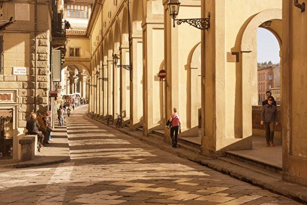 佛罗伦萨古城的阿奇亚奥里滨河路(Lungarno degli Acciaiuoli)。(Roxana Bashyrova/Shutterstock)