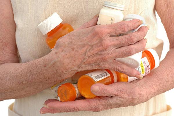老年科醫生的基本技能之一,是關注其他醫生經常忽視的問題,包括摔倒、大小便失禁、肌肉無力、虛弱、疲勞、認知障礙和誕妄等,即所謂「老年綜合徵」。而他們的工作大半是讓老人停用沒效的藥。(Elena Ray/Shutterstock)