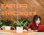 一名年輕的亞裔女性在WeWork位於時代廣場的辦公空間工作。(Wework提供)