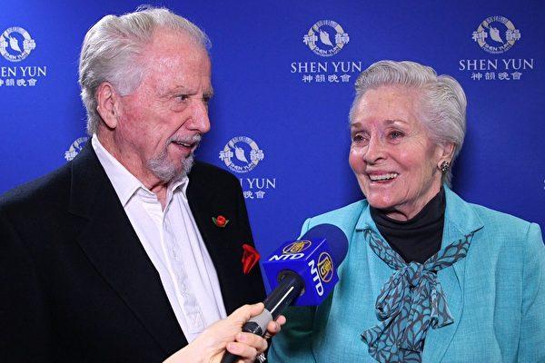 81歲的前美國小姐、兩度金球獎提名者Lee Meriwether(現改夫姓Border)與先生Marshall Border觀賞了3月29日晚千橡市神韻演出後沉浸在幸福的喜悅裡。(新唐人提供)