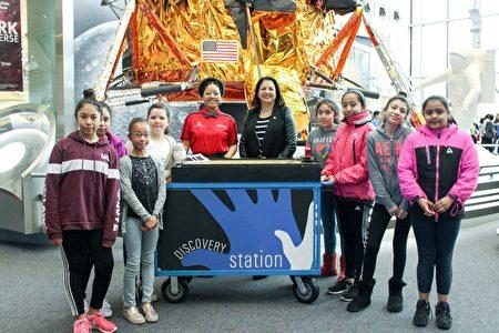 参与活动的孩子们在重力演示台前合影留念。 (石青云/大纪元)