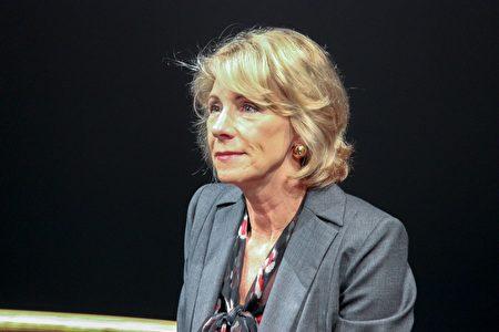 美国教育部长德沃斯鼓励孩子们追随自己的理想。 (石青云/大纪元)