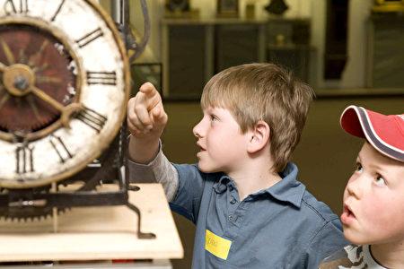 小孩子們在鐘錶博物館裡聚精會神地觀賞。(黑森林旅遊局提供)
