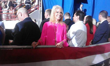 星期六(4月29日)晚,川普總統上任百天集會現場,總統顧問康威(紅衣者)接受了被迫害致死的法輪功學員徐大為的遺孀遲麗華(左一)和女兒徐鑫洋遞送的材料。(莉雅/大紀元)