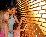 """游客可以在这里触摸""""金砖墙""""。(德国珠宝世界提供)"""