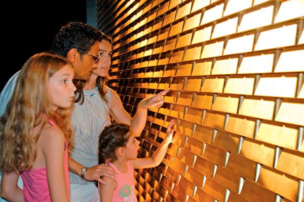 遊客可以在這裡觸摸「金磚牆」。(德國珠寶世界提供)