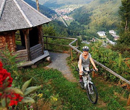 德國黑森林鐘錶之路是一條環形路線,沿路風景迷人。(黑森林旅遊局提供)