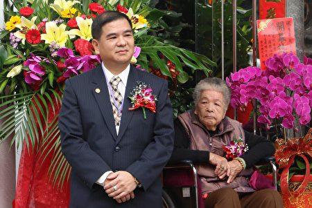 吴俊男董事长(左)。(陈莹聪/大纪元)