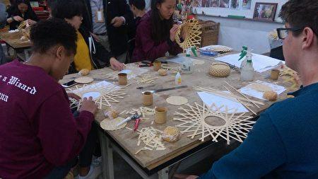 美国加州高中师生竹山制作竹钵。(赖彦池提供)