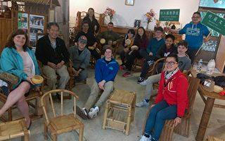 美國加州高中師生竹山體驗台灣在地的竹藝文化。賴進益(左一)賴彥池(右二)。(賴彥池提供)