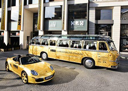 由金箔包括的保時捷和大巴車,給人以夢幻般的奢華感。(德國珠寶世界提供)