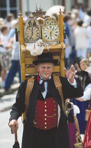 走街串巷的傳統「背鍾人」,正是他們的兜售打開了市場。(黑森林旅遊局提供)