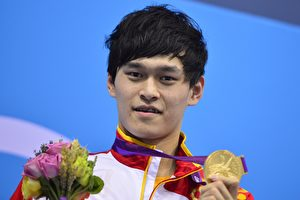 2012年倫敦奧運會上,20歲孫楊獲男子1,500米自由泳金牌。(FABRICE COFFRINI/AFP)