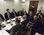 白宮週五(7日)發出的一張照片顯示,川普週四晚將川習會晤的莊園臨時改成「戰情室」,與政府要員和白宮高官一起密切關注襲擊情況。(AFP PHOTO / WHITE HOUSE )