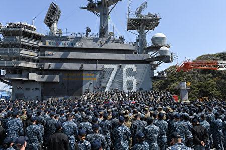 美國副總統彭斯4月19日登上航空母艦裡根號,對美軍發表講話。(Toshifumi KITAMURA /AFP)