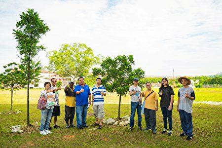 種樹活動結束後,家教協會主席李國魂先生(左四)與義務捐贈和部份協助種植樹苗的善心人士、本報記者合影。 (Steven/大紀元)