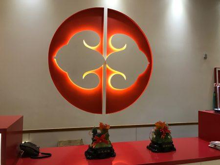 百饺园的标志是一对艺术化的饺子,这对饺子又像两扇大门,向顾客打开。