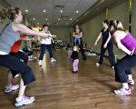 """魁北克省""""健身妈妈""""(fitmoms)数量越来越多,这些准妈妈在怀孕期间进行大量的健身运动。图为健身妈妈们在运动。(加通社资料图片)"""