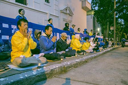 4月24日晚,舊金山灣區部份法輪功學員,在中領館前燭光夜悼四•二五和平上訪18週年。(曹景哲/大紀元)