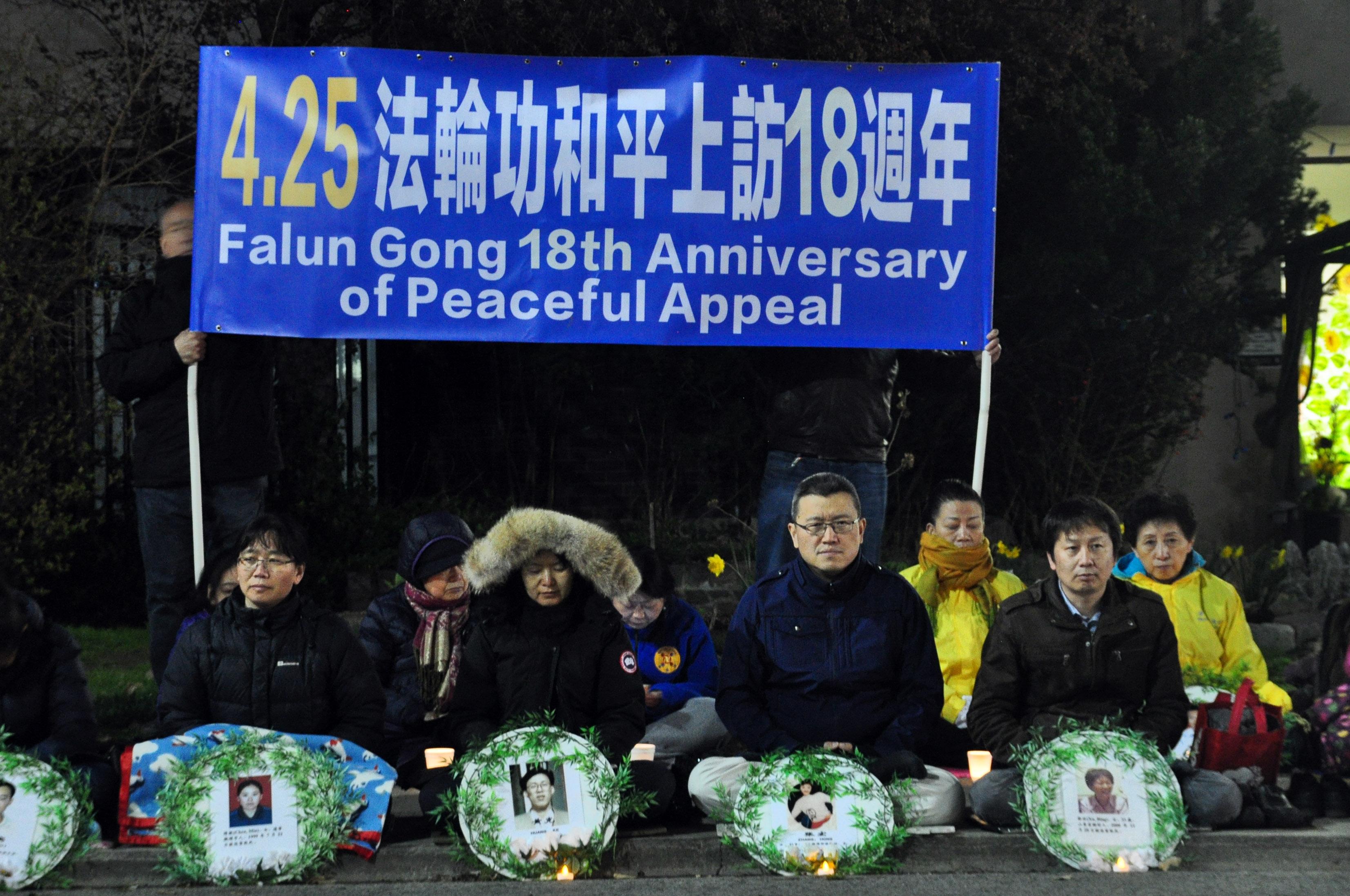4月25日晚,數百法輪功學員舉行燭光悼念活動,紀念被中共迫害致死的同修。(周行/大紀元)