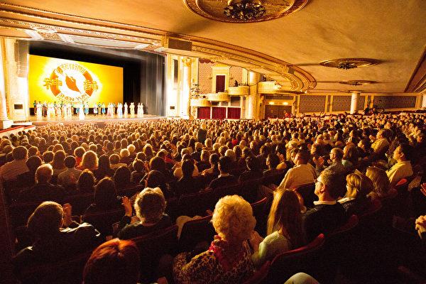 美国神韵巡回艺术团2017年4月29日晚在纽约州政府所在地奥本尼/斯克内克塔迪市(Albany/Schenectady)普罗克特斯剧院(Proctors Theatre)的演出爆满。(戴兵/大纪元)