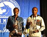 第121屆波士頓馬拉松肯尼亞選手獲男女組冠軍。男子組冠軍Geoffrey Kirui(右)和女子組冠軍Edna Kiplagat在頒獎後合影。(徐明/大紀元)