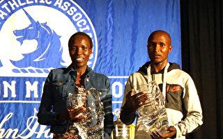 第121届波士顿马拉松肯尼亚选手获男女组冠军。男子组冠军Geoffrey Kirui(右)和女子组冠军Edna Kiplagat在颁奖后合影。(徐明/大纪元)