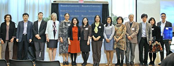 """布兰岱斯大学举办""""台湾艺术""""国际会议,左一为文理学院院长Susan Birren,左六、七是艺术系主任阮圆和经文处陈珮莹组长,与参加的台湾艺术家等合影。(经文处提供)"""