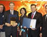 摩頓市長柯廷森(Gary Christenson,右二)頒獎給William Overholt博士(左二)。中間是華夏行政主任洪梅。(廖述祥/大紀元)