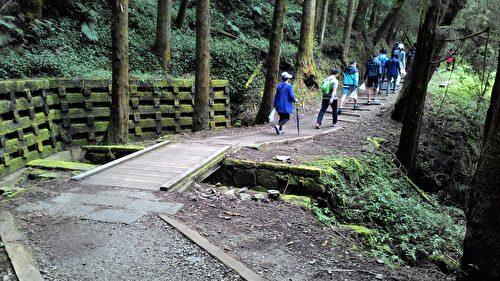 沿著古道,至今仍留有棧道與棧橋的遺跡。(曾晏均/大紀元)