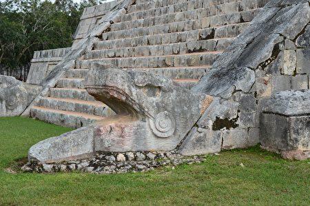 金字塔阶梯底部的羽蛇神头部雕像。(edtribo/CC/Pixabay)