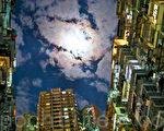 香港高樓大廈鱗次櫛比,曾被《變形金剛》和《攻殼機動隊》等好萊塢影片取景。圖為香港鰂魚涌美景。(余鋼/大紀元)
