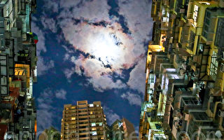 香港高楼大厦鳞次栉比,曾被《变形金刚》和《攻壳机动队》等好莱坞影片取景。图为香港鲗鱼涌美景。(余钢/大纪元)