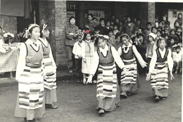 曾铮初中时在学校跳舞的照片(作者提供)