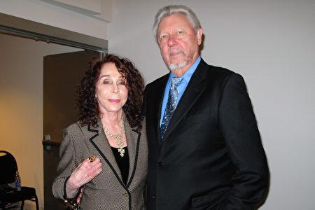 雕塑藝術家兼畫家Gail Lapine與先生Al一起觀賞了神韻在聖路易斯-奧比斯保的第二場演出,讚嘆演出的精美和神性。(劉菲/大紀元)