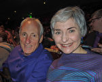 2017年4月9日晚6时,律师Leslie Taylor女士和她的朋友产品开发工程师Lee Zuhars先生观看了神韵北美艺术团在美国西雅图马里恩奥利弗麦考剧院的演出。(文远/大纪元)