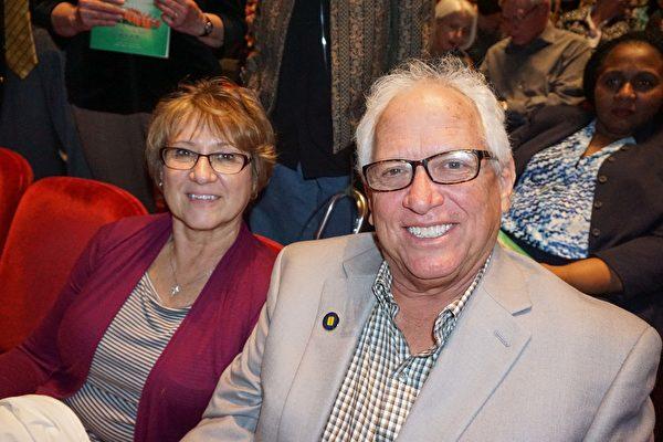 Jerry Rauch和太太Evelyn Rauch在观看了演出后表示,演员们非凡的艺术天赋让他们印象深刻。(大纪元)