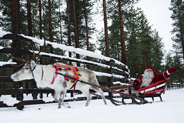 圣诞老人的故乡——芬兰在世界经济论坛评选的最安全国家榜单上位居第一。图为2011年12月15日,芬兰拉普兰省罗瓦涅米圣诞老公公驾着雪橇,赶着驯鹿。(JONATHAN NACKSTRAND/AFP)