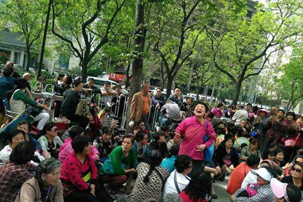 连续多日,近千名E租宝被害者再次进京上访。(受访者提供)