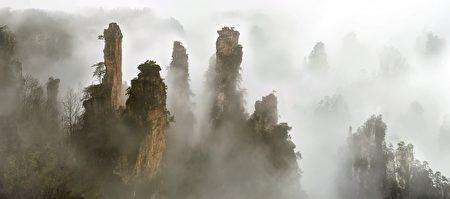 黄东明作品《云山烟树》—100x227 > 120x247cm(黄东明提供)