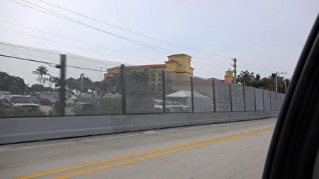 图为周围竖起金属围栏习近平入住的旅馆。(林帆/大纪元)