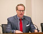 """史密斯议员的助手弗里普斯(Scott Flipse)在研讨会上说:""""强行拘押必须停止。诽谤必须停止。酷刑必须停止。""""(李莎/大纪元)"""