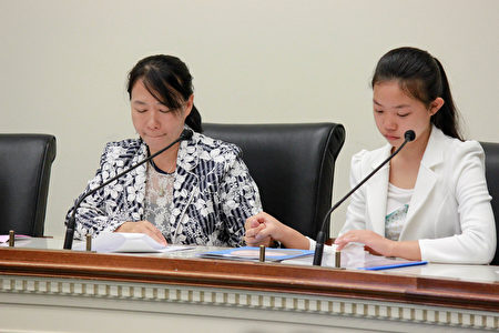 迟丽华女士(左)和她的女儿徐鑫洋(右)讲述了他们一家在过去十八年遭受中共迫害的经历。(石青云/大纪元)