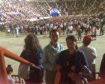 法轮功学员迟丽华和女儿徐鑫洋在川普集会现场,请求川普总统帮助停止迫害法轮功。迟丽华的丈夫徐大为因为复印法轮功真相资料被沈阳东陵监狱迫害致死,年仅34岁。(莉雅/大纪元)